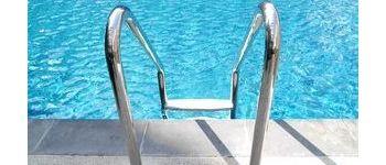 Разбираемся, в чем отличие материалов лестниц для бассейна